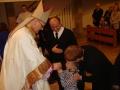 Wręczenie zapalonej świecy przez ks. biskupa